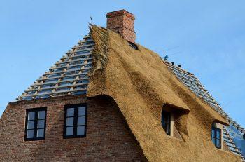 Bliksemafleider op een rieten dak. Verplicht of niet